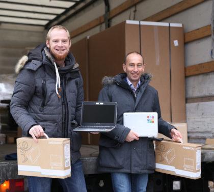 Björn Keding (li.) und Jörg Fischer nahmen die gespendeten Laptops in Empfang. Foto: nh