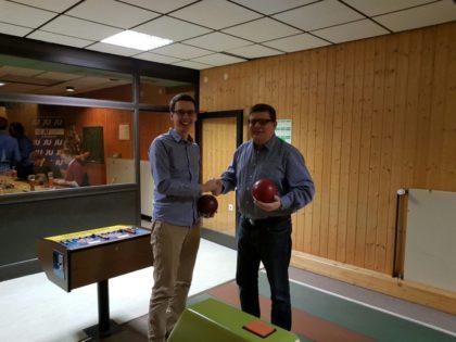Handshake vor ihrem Duell: Marco Rösner musste auf seinem Weg ins Finale gegen Bürgermeisterkandidat Marc Liebermann antreten