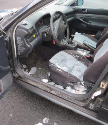 Das Foto zeigt den Autoinnenraum, in dem noch Eisbrocken der vom Lkw herabgestürzten Eisscholle liegen. Foto: obs/Polizeipräsidium Nordhessen
