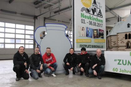 Fleißiges Festwagenteam: Gemeinsam mit anderen freiwilligen Helfern haben Michael Müller, Bernd Reinhardt, Andreas Nowak, Thorsten Brill, Dorothee Hünerkopf und Klaus Hünerkopf (v.li.) seit Anfang Februar an dem Wagen gebaut. Foto: nh