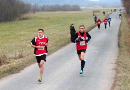 300 Meter vor dem Ziel überholte Christian Schulz seinen Trainingspartner Lorenz Funck. Im Hintergrund in schwarz Moritz Knaust. Foto: nh