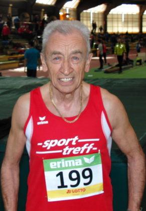 Harry Geier hatte allen Grund zur Freude, denn der fast 82-Jährige beeindruckte mit guten Leistungen über 200 und 400 Meter. Foto: nh