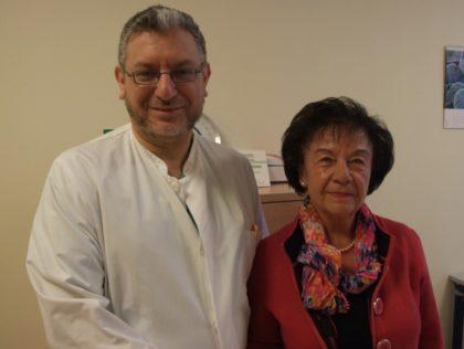 Eine extrem seltene Erkrankung besiegt: Dr. Raghdan Baroudi und Annemarie Bauer. Die Schwalmstädterin litt an einer tückischen Blutbildungsstörung, in deren Folge der Komplettverlust ihres Augenlichts drohte. Foto: Klein