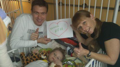 Glücklicher Moment in der Kinderklinik: Milan (4) liegt dort, seine Eltern Christina (45) und Christian Girth (47) sind bei ihm. Foto: FFH