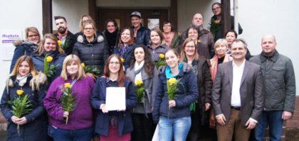 18 frisch examinierte Heilpädagogen freuten sich am 30. Januar mit ihren Dozenten und ihrer Tutorin Dorothea Böcher-Burkart über ihre staatliche Anerkennung und die teils ausgezeichneten Prüfungsergebnisse. Foto: Hephata