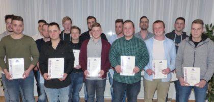 Strahlende Gesichter: 15 Metallbauer feierten mit über 60 Gästen ihren Berufsabschluss im Sparkassendienstleistungszentrum in Homberg. Foto: Kreishandwerkerschaft Schwalm-Eder