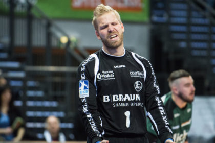 Johan Sjöstrand hadert mit dem Schicksal der Derbyniederlage. Foto: Alibek Käsler