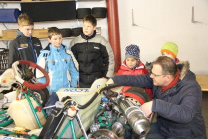 Jens Wagenfeldt (RAC Borken e.V.) erklärt den aktiven Fahrern die Motorentechnik. Foto: Uli Daume