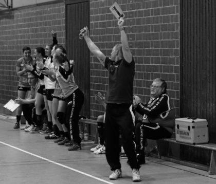 Karl-Martin Hartung auf seinem Platz, auf der Trainer-und Betreuerbank, in der Stadtsporthalle Melsungen. Er hat sich fast 5 Jahrzehnte für den Handball ehrenamtlich eingesetzt, meistens im Hintergrund und doch mit ganz wichtigen Aufgaben. Foto: SG 09 Kirchhof