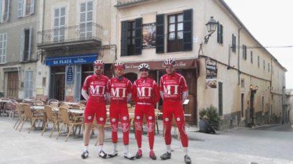Zum ersten Mal mit den schicken Teamtrikots der neuen Saison auf Mallorca unterwegs: Mirco Holzauer, Enrico Oglialoro, Dieter Vaupel (Sportlicher Leiter) und Hans Hutschenreuter bei einer Pause in Sineu. Foto: nh