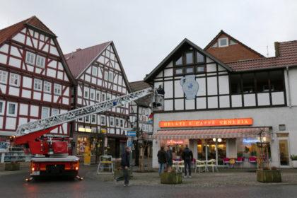 Der Bembel auf der Drehleiter: Dank freundlicher Unterstützung der Freiwilligen Feuerwehr Neukirchen konnte der Bembel platziert werden. Foto: nh