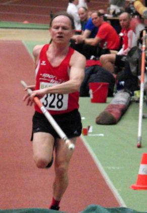 Bernd Gabel verbesserte sich im Stabhochsprung auf 2,80 Meter und belegte damit den 6. Platz in der M55. Foto: nh