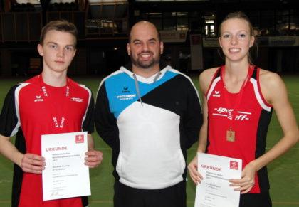Die beiden Melsunger Hessenmeister im Mehrkampf mit Leichtathletik-Fachwart Christian Khin. Foto: nh
