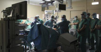 """Interessierte Zuschauer: Während der Live-Operation an einem Leistenbruch stellte Chefarzt Dr. Felix Meuschke den Einsatz und die Funktionen des modernen 3D-Systems """"Einstein-Vision"""" vor. Foto: Asklepios"""