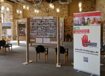 Kurz vor der Eröffnung: Die Fotoausstellung der Bürgerinitiative Chattengau im Hardehäuser Hof in Fritzlar. Foto: Dickhaut