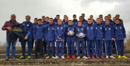 Die C-Jugend-Spieler des 1. FC Schwalmstadt mit den beiden Sponsoren. Foto: nh