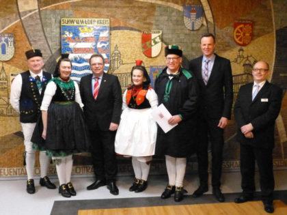 Peter und Doris Laudenbach, Landrat Winfried Becker, Franziska Kern, Helmut Wimmer, Bürgermeister Heinrich Vesper und Bernd Schwalm (v.l.). Foto: nh