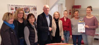 In der Mitte Präsident Nitsch, re. daneben die Vorsitzende Inge Koch und die Leiterin Martina Theis und weitere Damen des Vorstandes. Foto: nh
