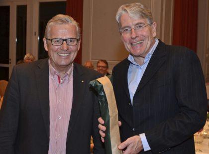 Lions-Präsident Arved Berent (links) überreichte Staatstheater-Intendant Thomas Bockelmann eine kleine Aufmerksamkeit als Dank für seinen Vortrag. Foto: Reinhold Hocke