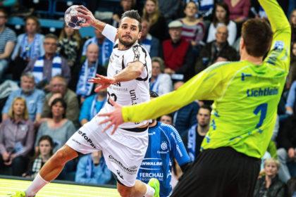 Michael Allendorf erzielt eines seiner beiden Siebenmetertore gegen Carsten Lichtlein. Foto: Alibek Käsler