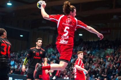 Hier wird Benficas Halblinker Uelington da Silva von Felix Danner (li.) und Timm Schneider in die Zange genommen. Foto: Alibek Käsler