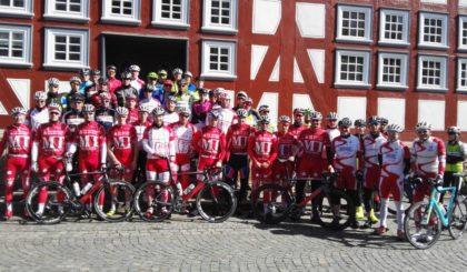 Der Schlusspunkt der Runde wurde auf dem Melsunger Marktplatz gesetzt. Hier stellte man sich die Sportler aus ganz Nordhessen noch zu einem gemeinsamen Foto vor dem Rathaus auf.