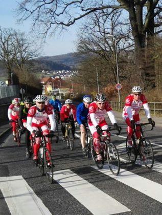 Start in Melsungen, wo es zuerst durch die Bahnhofsstraße ging, ganz vorn die drei MT-Radsportler in rot-weiß (v.l.): Timo Zarth, Detlef Riehl und Ulrich Bachmann. Foto: nh