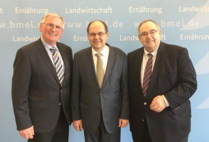 Der scheidende Kreislandwirt Adolf Lux, Bundeslandwirtschaftsminister Christian Schmidt und Bernd Siebert MdB (v.l.). Foto: nh