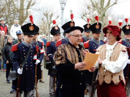 Graf Johann II (Bernd Raubert) verliest eine Urkunde. Foto: nh