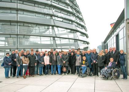 Die Besuchergruppe mit Bernd Siebert auf der Dachterasse des Reichstagsgebäudes. Foto: nh