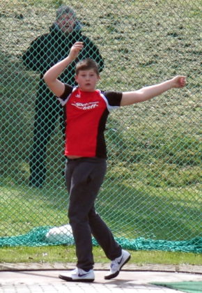"""Zum """"Herr der Ringe"""" wurde Luis André nach seinem überraschenden Sieg im Hammerwerfen, wo er sich auf 27,85 Meter verbessern konnte. Foto: nh"""