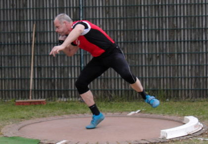 Senior Uwe Krah überraschte im Kugelstoßen der Männer mit einem zweiten Platz. Foto: nh