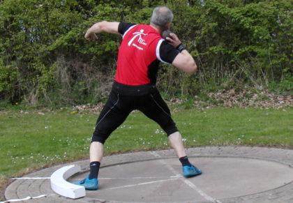 Der 54-jährige Uwe Krah  blieb auch in Bebra mit 12,10 Meter mit der Männerkugel über der 12-Meter-Marke. Foto: nh