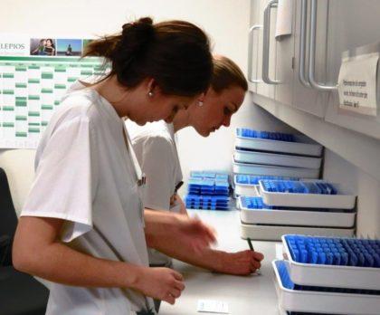 Verantwortungsvolle Aufgabe: Tatjana Stangowitsch und Cindy Schott bei der Kontrolle von Medikamenten. Foto: Asklepios