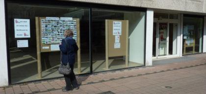 In den Schaufenstern des ehemaligen Trossbach informiert die Bürgerinitiative über die Folgen von Mastanlagen in der Region. Foto: nh