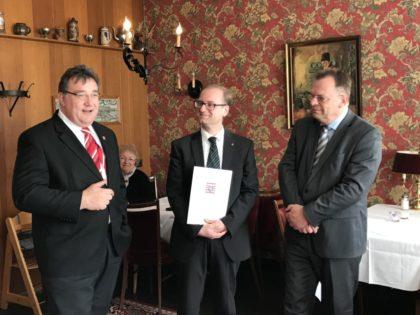 Ausgezeichnet mit dem Landesehrenbrief: Ulrich Fröhlich-Abrecht gemeinsam mit Staatssekretär Mark Weinmeister und Landrat Winfried Becker. Foto: nh