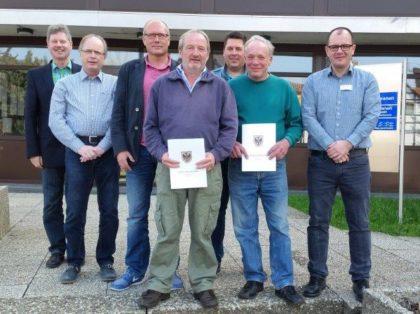 Siegmund Majer und Bernd Molis blicken auf eine 40jährige Tätigkeit beim Bauhof der Stadt Neukirchen zurück. Foto: nh