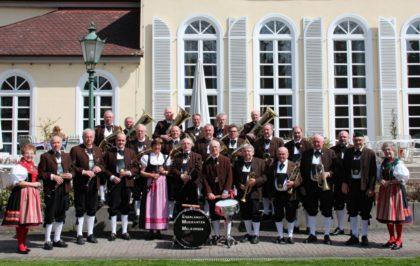 Die Egerländer Musikanten Melsungen vor der Melsunger Stadthalle. Foto: nh