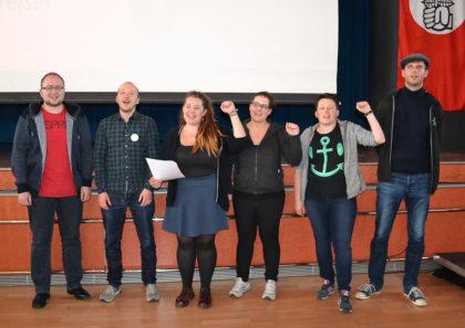 Neuer Juso-Bezirksvorstand beim Singen der Internationalen. Foto: nh