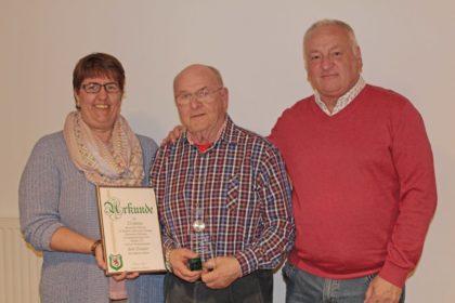 Karl Siegner wird für 25 Jahre Ehrenamt ausgezeichnet. Foto: SG 09 Kirchhof/Carina Kühlborn