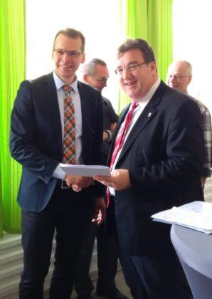 Staatssekretär Mark Weinmeister gemeinsam mit Bürgermeister Volker Steinmetz im Mehr-Generationen-Haus Felsberg. Foto: Hessische Staatskanzlei