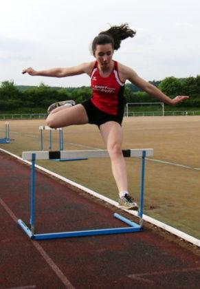 Marianne Goujard bei ihrem ersten 100m-Hürdenlauf. Foto: nh