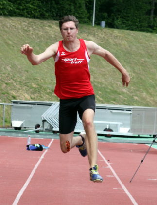Nach seinem Sieg über 400m Hürden gefiel Tobias Stang auch im Dreisprung mit 12,54 Meter und einer starken Serie. Foto: Lothar Schattner