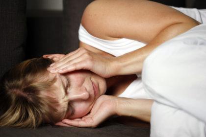 Ein Alarmsignal: Körperliche Schmerzen treten in der Regel als eine unangenehme Empfindung auf. Über verschiedene Diagnose- und Behandlungsmethoden informieren Experten am Dienstag, 6. Juni, im Asklepios Klinikum Schwalmstadt. Foto: AOK Mediendienst/Jochen Tack