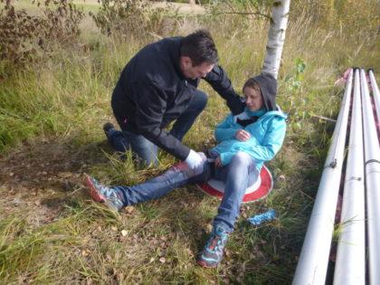 Realitätsnahes Training: Patrick Müller-Nolte versorgt Verletzungen einer Frau am Bein und der Brust. Foto: Asklepios
