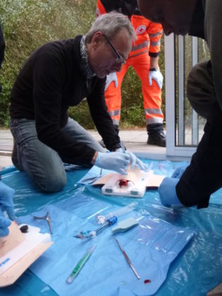 Üben an der Kehle eines toten Schweines: Chefarzt Dr. Andreas Hettel bei einem Notfall-Luftröhrenschnitt. In der Praxis wird die sogenannte Tracheotomie nur bei akuter Erstickungsgefahr angewendet. Foto: Asklepios