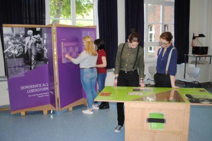 Schüler der Q2 (Jahrgang 12) beim Besuch der Ausstellung. Foto: nh