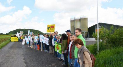 50 Menschen waren mit Transparenten vor der bestehenden Hähnchenmastanlage aufmarschiert zu einer Mahnwache. Foto: Tröger/Greenpeace