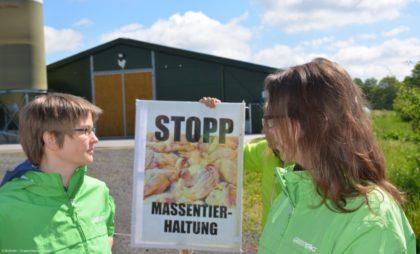 Auch Greenpeace Kassel war bei dem Protest dabei. Der Stall im Hintergrund hat 1.900 Quadratmetern Grundfläche für 39.000 Tiere. Ein weiterer soll gebaut werden. Foto: Büttner/Greenpeace