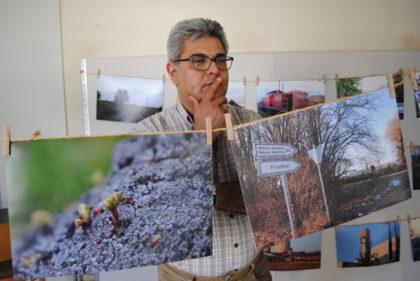 Siamak Ejlali in seiner Fotoausstellung zur Jahrfeier. Foto: nh